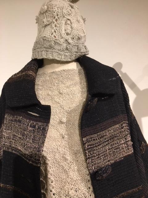 セッティングが完了しました。明日から「手紡ぎ手編み 長谷川紫津江の贅沢セーター」始まります。_a0112812_20500327.jpg