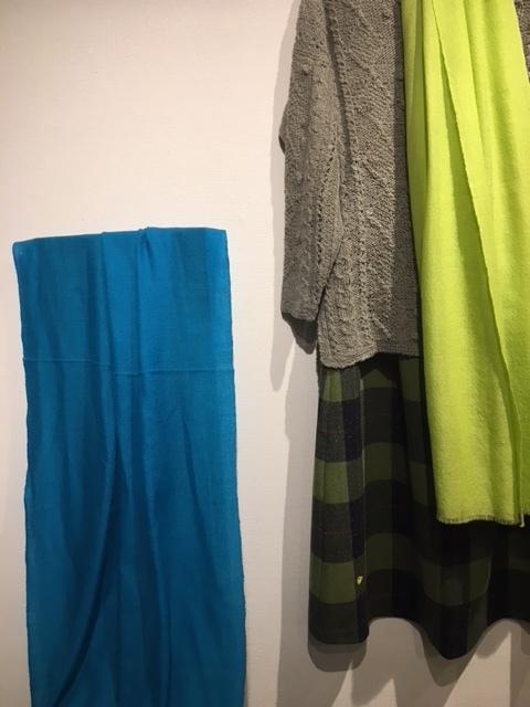 セッティングが完了しました。明日から「手紡ぎ手編み 長谷川紫津江の贅沢セーター」始まります。_a0112812_20501134.jpg