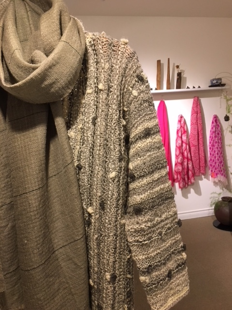 セッティングが完了しました。明日から「手紡ぎ手編み 長谷川紫津江の贅沢セーター」始まります。_a0112812_20503006.jpg