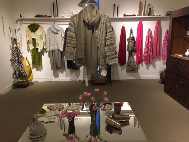 セッティングが完了しました。明日から「手紡ぎ手編み 長谷川紫津江の贅沢セーター」始まります。_a0112812_20511367.jpg