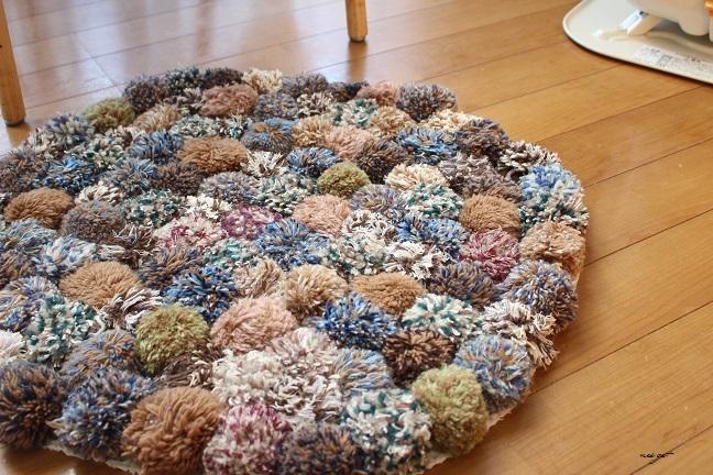 毛糸ポンポンのリベンジ!縫わずに簡単ラグマット完成しました♪_f0023333_17440797.jpg