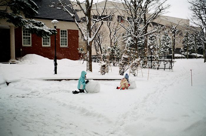 昨日の雪と雪だるまを作る姉妹_c0182775_17205321.jpg