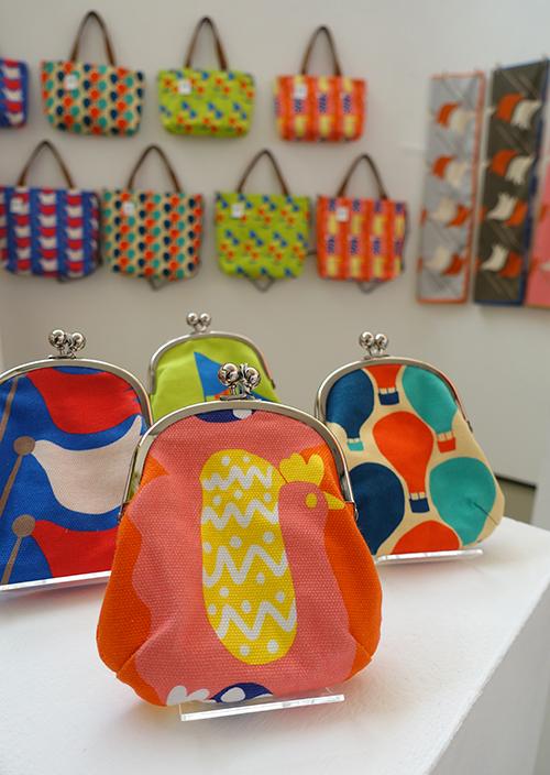 未来の行方を教えてくれる風の布小物たち【Kayoko Kawata「Spring breeze」Zakuro original print textile展】