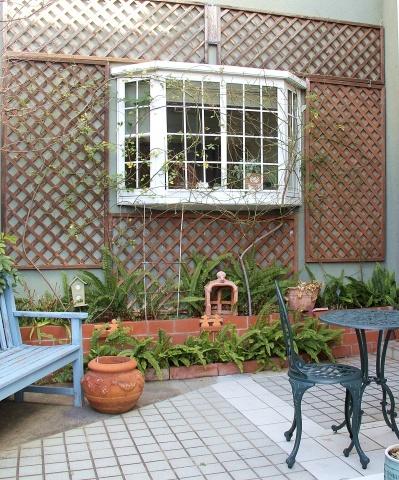 ◆出窓周りの剪定・・・フランソワジュランビル & ルイーズオーディエ_e0154682_00011939.jpg