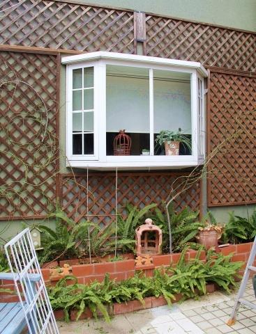 ◆出窓周りの剪定・・・フランソワジュランビル & ルイーズオーディエ_e0154682_00020726.jpg