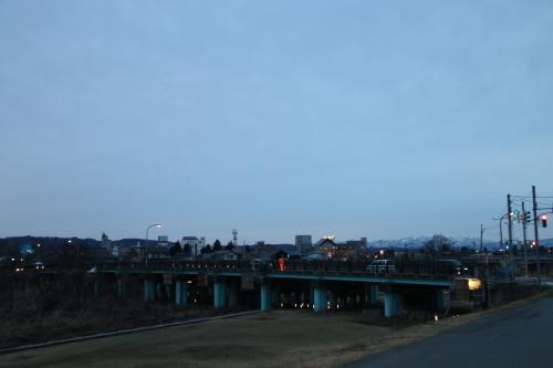 雪のない米沢の街を、工学部キャンパスより万里橋経由自宅へ_c0075701_17320583.jpg