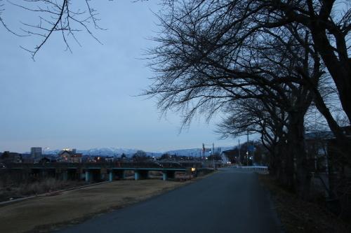 雪のない米沢の街を、工学部キャンパスより万里橋経由自宅へ_c0075701_17325041.jpg