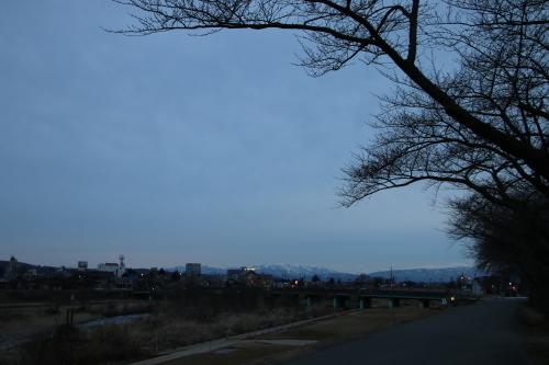 雪のない米沢の街を、工学部キャンパスより万里橋経由自宅へ_c0075701_17325741.jpg