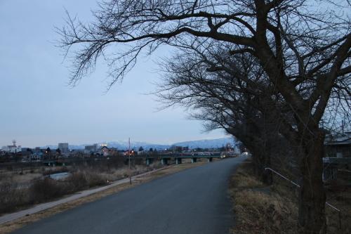 雪のない米沢の街を、工学部キャンパスより万里橋経由自宅へ_c0075701_17333042.jpg