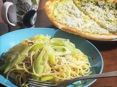長ねぎとしらすのペペロンチーノとしらすピザ  全粒粉のくるみパン_f0231189_20223233.jpg