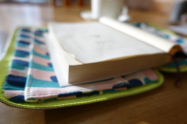 便利な工夫がいっぱい!ブックカバー&パソコンバッグ【Kayoko Kawata「Spring breeze」Zakuro original print textile展】_a0017350_02041834.jpg
