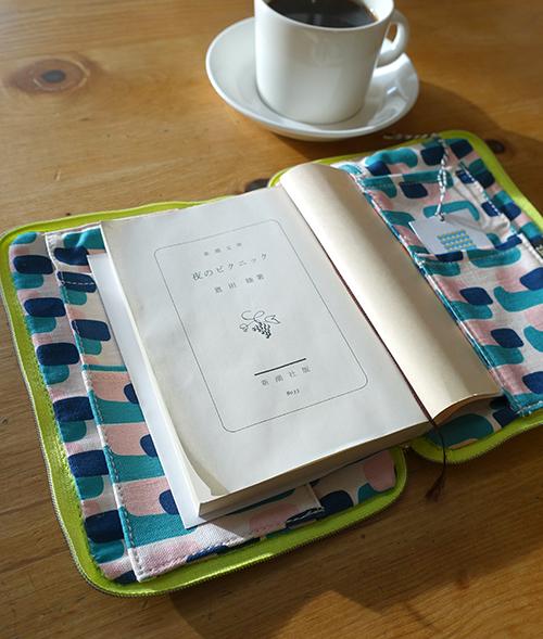 便利な工夫がいっぱい!ブックカバー&パソコンバッグ【Kayoko Kawata「Spring breeze」Zakuro original print textile展】_a0017350_02041841.jpg