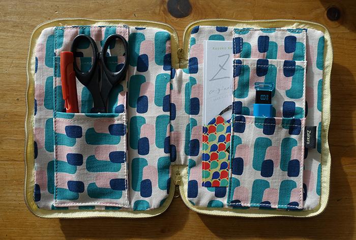 便利な工夫がいっぱい!ブックカバー&パソコンバッグ【Kayoko Kawata「Spring breeze」Zakuro original print textile展】_a0017350_02041893.jpg