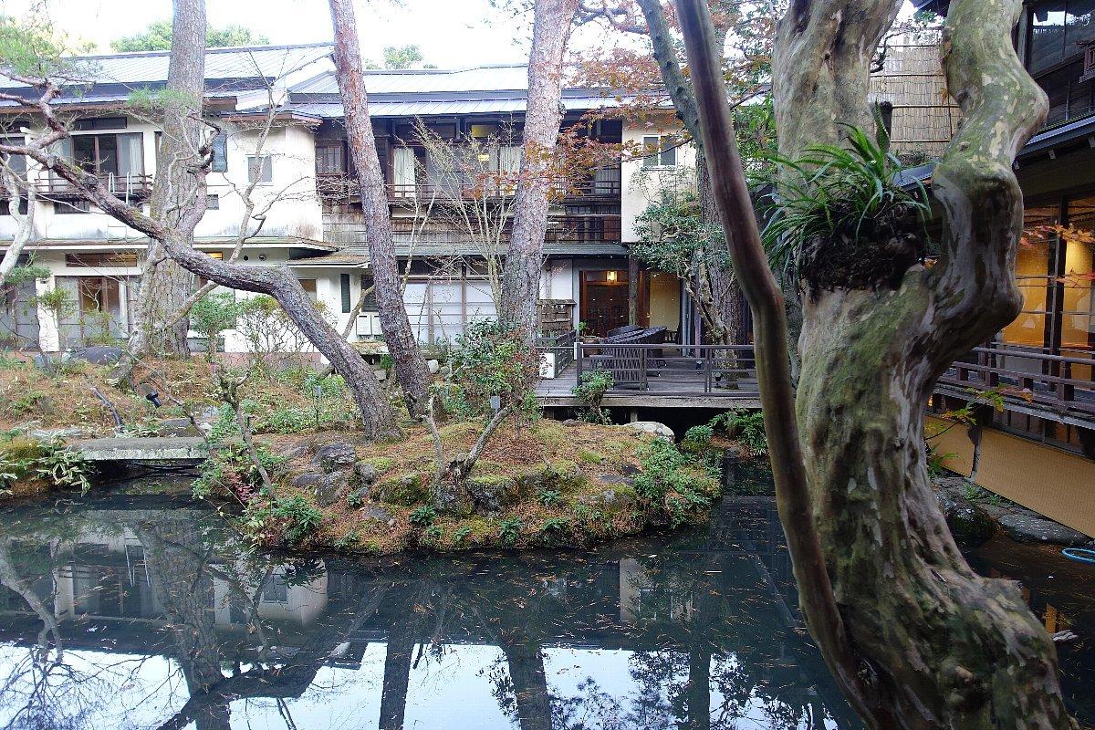 湯回廊 菊屋の庭_c0112559_08430355.jpg