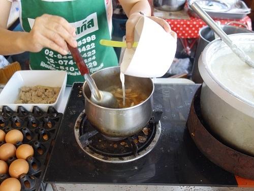 パタヴィコーン市場でコーイシーミーという初物麺料理_c0030645_12375720.jpg