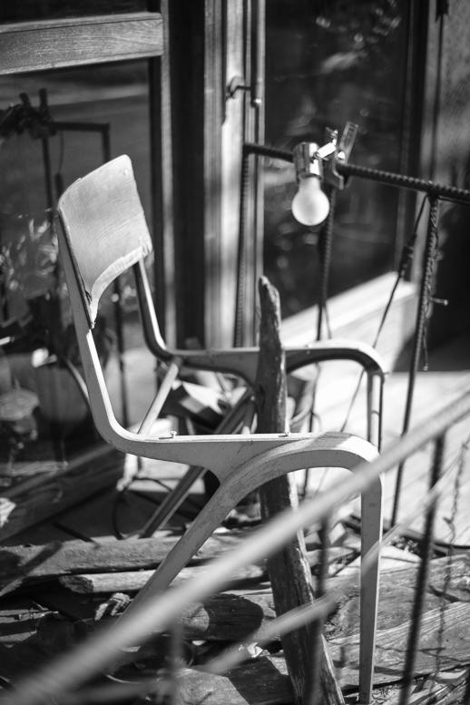 日光浴をする壊れた椅子_f0265234_22005057.jpg