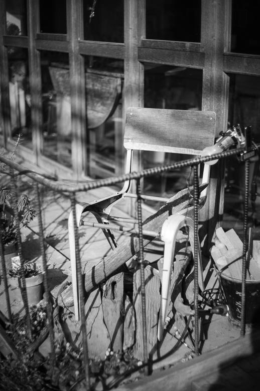 日光浴をする壊れた椅子_f0265234_22010052.jpg