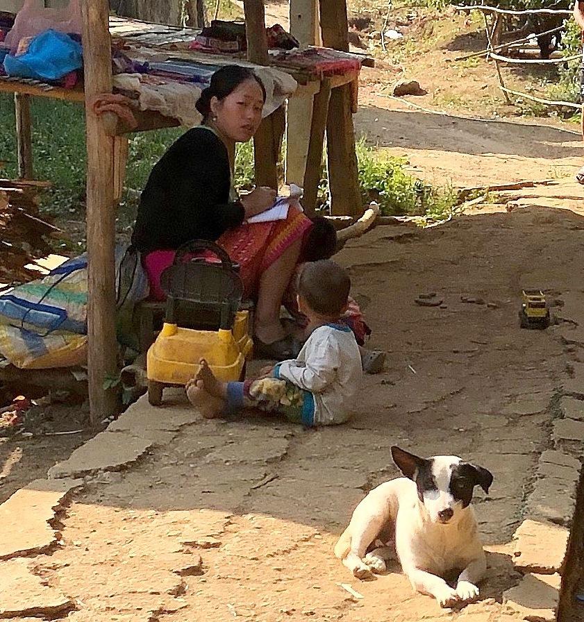 ラオスの旅 22  少数民族 モン族の村へ_a0092659_11390097.jpg