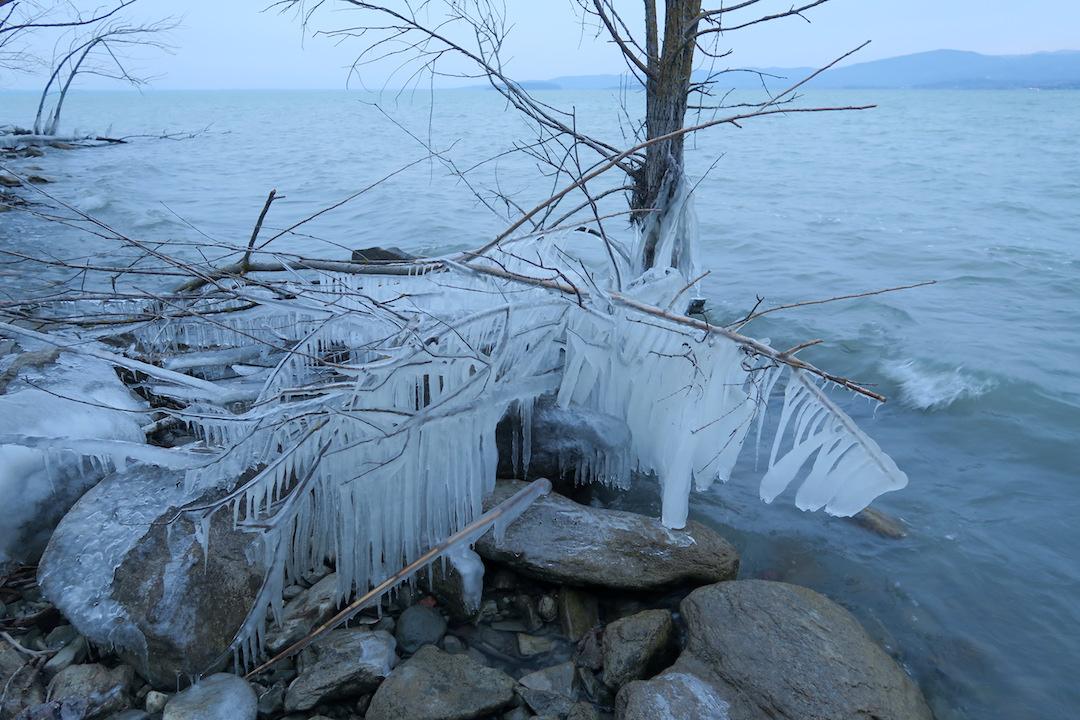 湖に自然が創る氷の芸術、北風に氷点下へとウンブリア_f0234936_231657100.jpg