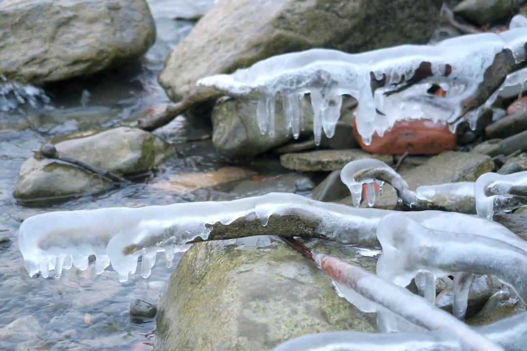 湖に自然が創る氷の芸術、北風に氷点下へとウンブリア_f0234936_23324016.jpg