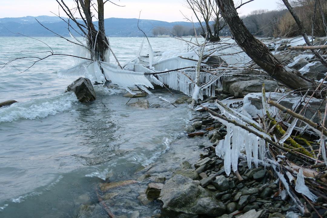 湖に自然が創る氷の芸術、北風に氷点下へとウンブリア_f0234936_233916.jpg