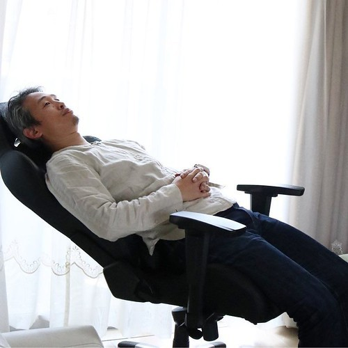 【AD】気分はレーサー?長時間座り続けても疲れにくい快適なゲーミング/オフィスチェア_c0060143_14283378.jpg
