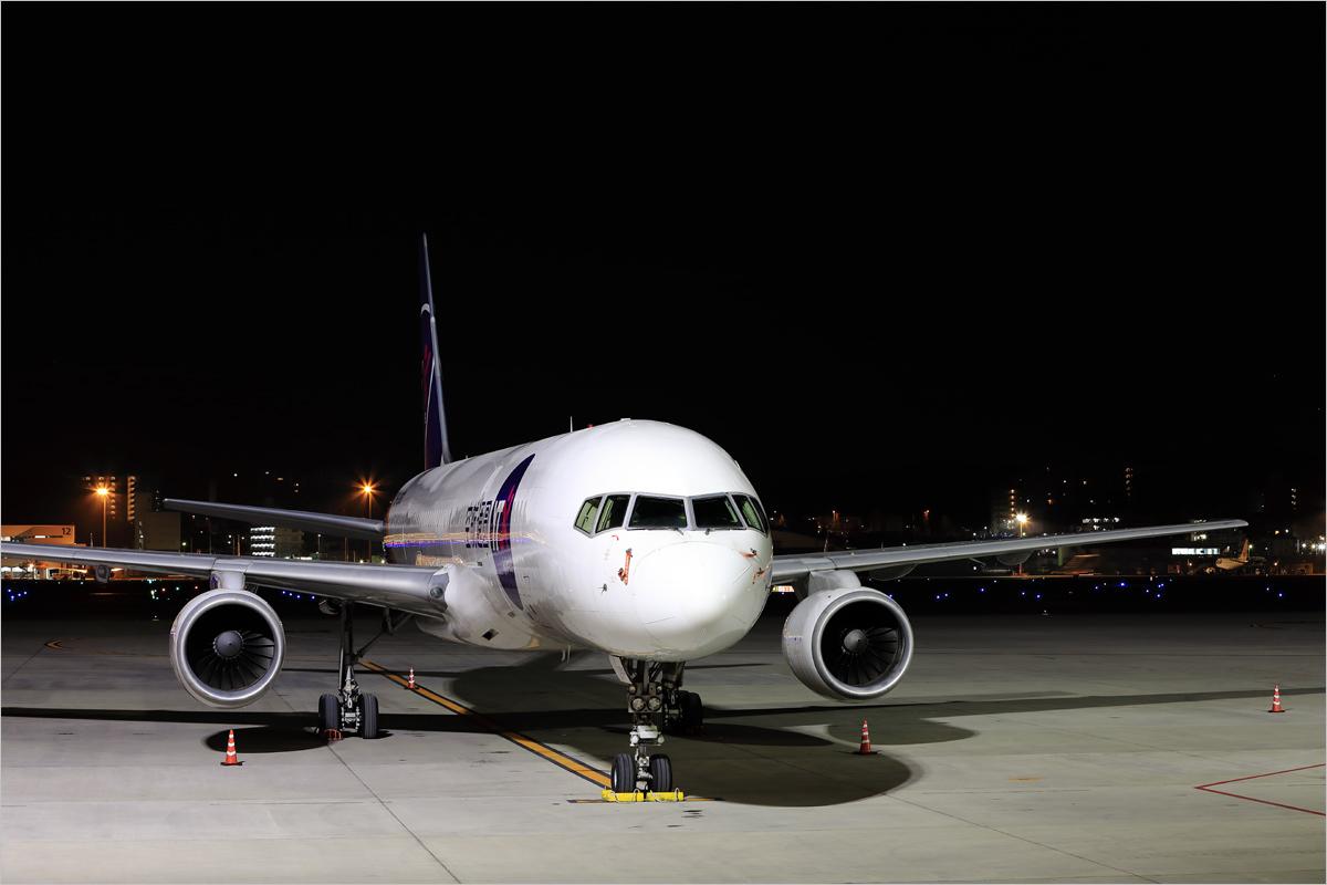 闇との対比 - 福岡空港_c0308259_18414947.jpg