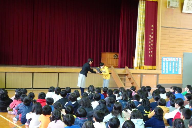綾部市立吉美小学校で贈呈式_e0324373_17172728.jpg