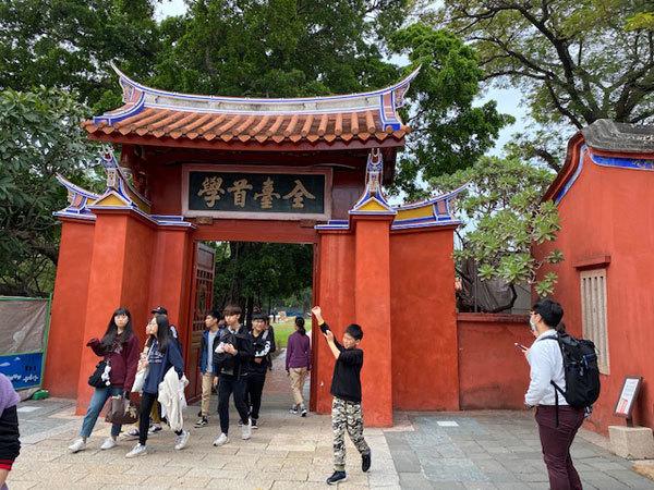 台湾(台南):「鳳盒子 funbox」(ファンボックス)の鳳梨酥(パイナップルケーキ)、台南孔子廟_b0089578_14375519.jpg