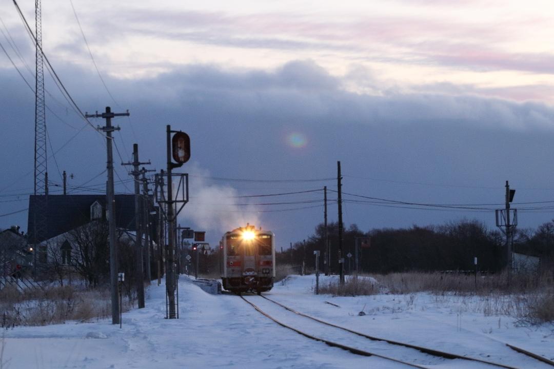 夜明け前の厚床駅に白い排気があがる - 2020年・根室線 -_b0190710_22054162.jpg