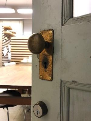 Aカフェの施工状況、ドアノブの取り換え_e0097130_23252996.jpg