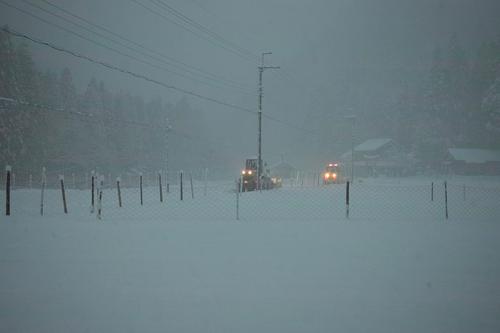 針畑雪、来た!・・・除雪ドーザ、ママダンプも出動!_d0005250_16422428.jpg