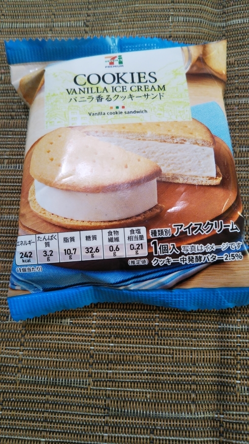セブンプレミアム バニラ香るクッキーサンド_f0076001_23174541.jpg