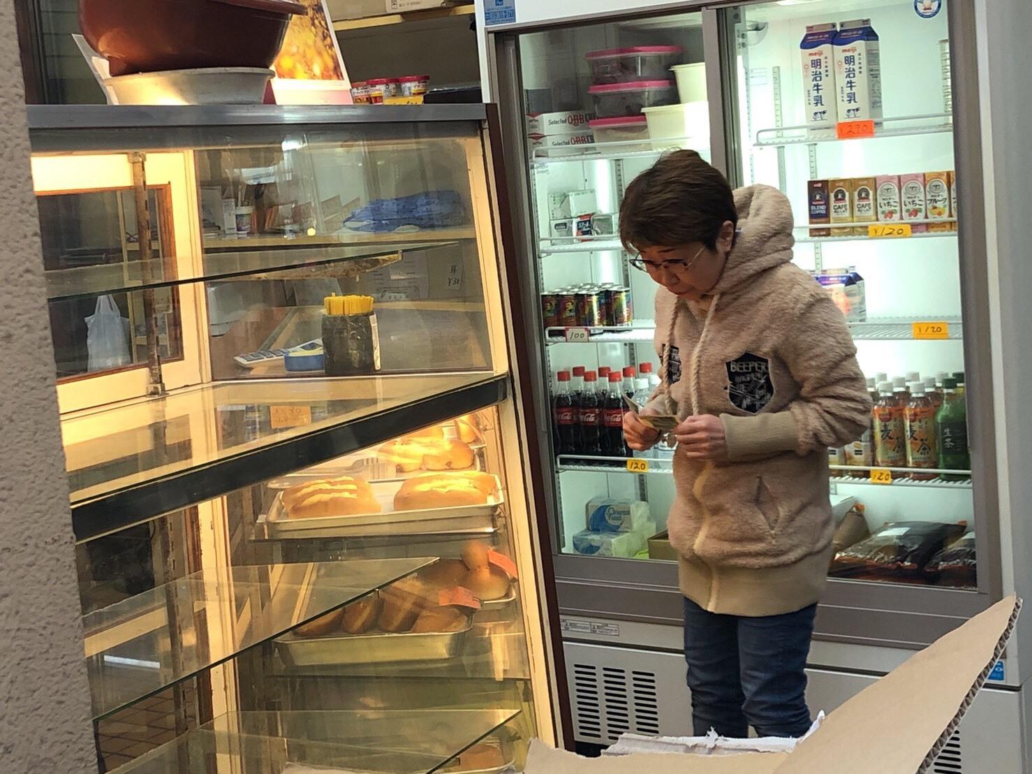 パンを買ったり、餃子を買い食いしたり_a0163623_14080466.jpg