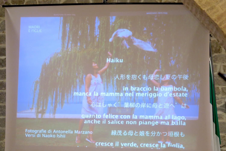 陶器の町デルータで女性写真展、日本語で俳句も朗読_f0234936_7551696.jpg