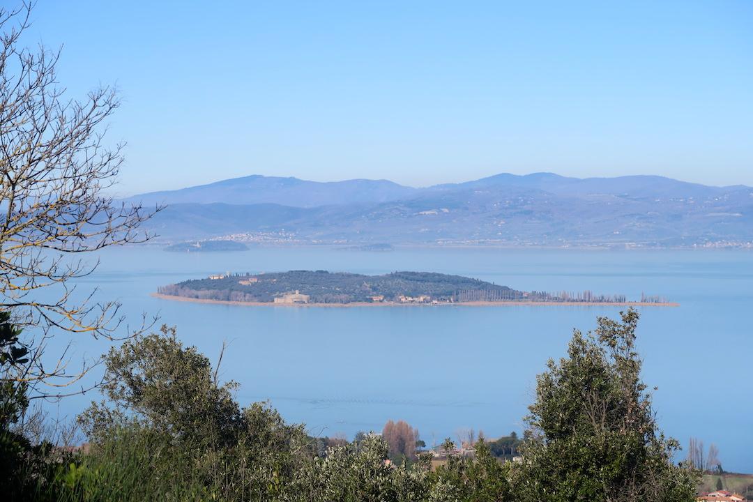 青い空 青い山 青いトラジメーノ湖_f0234936_8243013.jpg