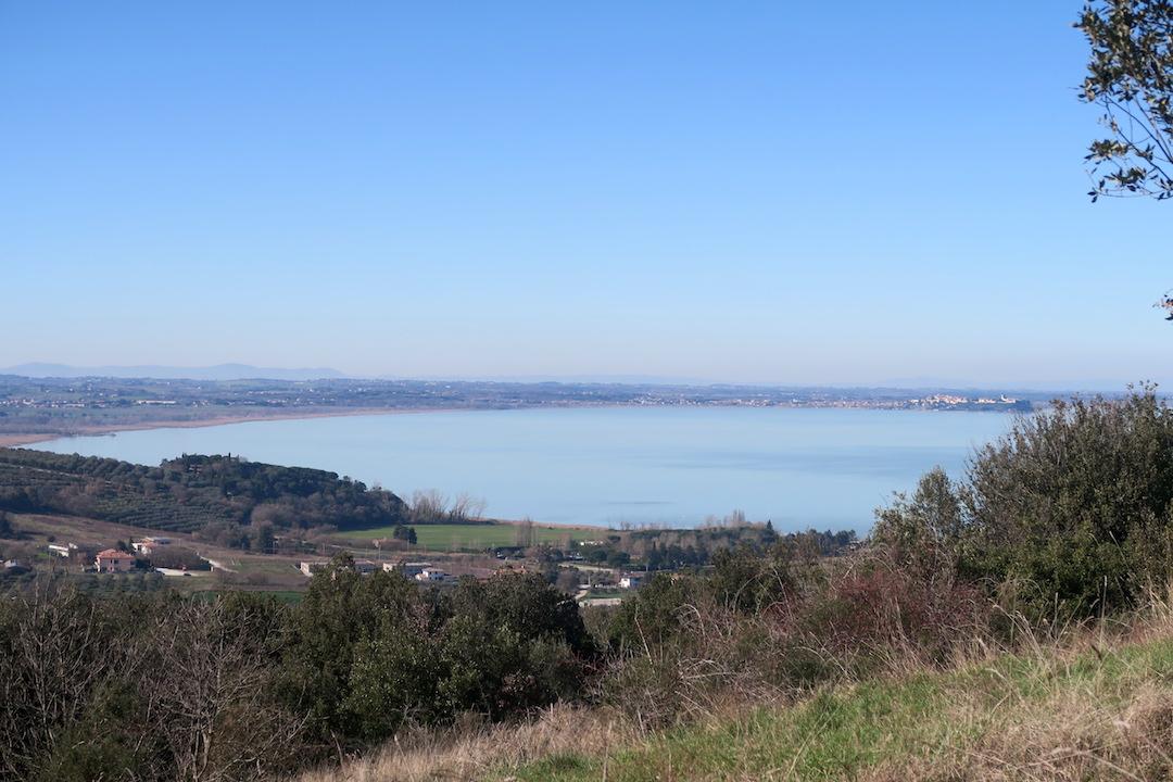 青い空 青い山 青いトラジメーノ湖_f0234936_901724.jpg