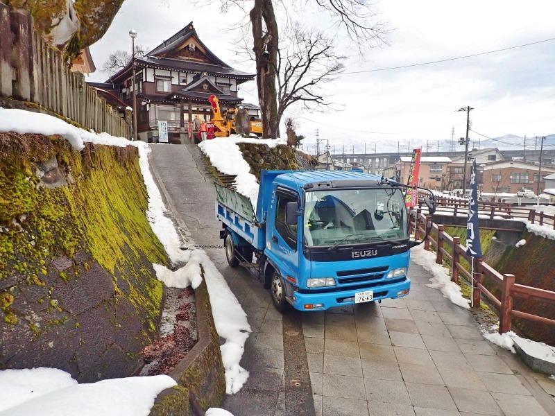大祭会場へ雪が運び込まれています_c0336902_19191740.jpg