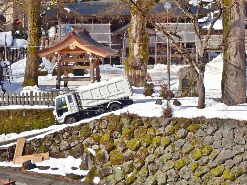 大祭会場へ雪が運び込まれています_c0336902_19192249.jpg