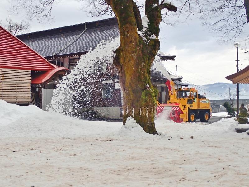 大祭会場へ雪が運び込まれています_c0336902_19192644.jpg