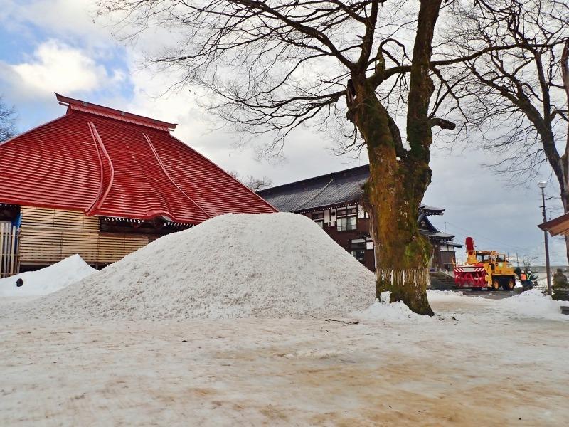 大祭会場へ雪が運び込まれています_c0336902_19193869.jpg