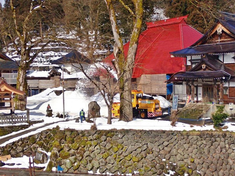 大祭会場へ雪が運び込まれています_c0336902_19194297.jpg