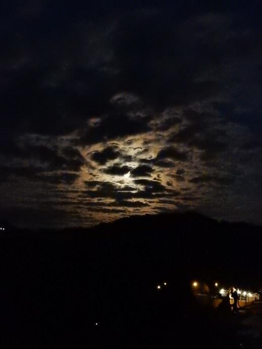 雲間に昇る十六夜月_e0175370_22353083.jpg