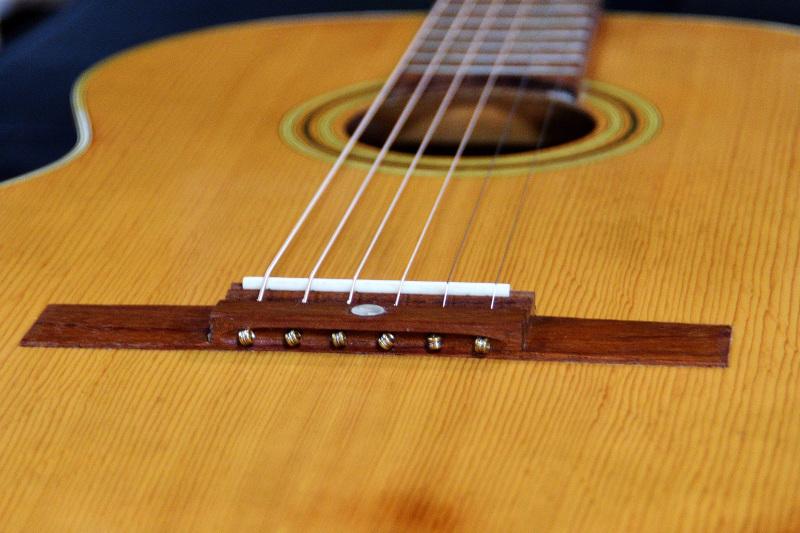 とっても古いギターです_c0330563_10282879.jpg