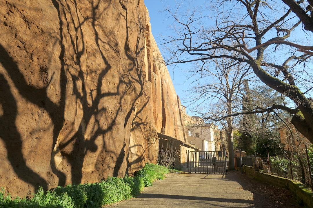 断崖に木の影踊るオルヴィエート_f0234936_821184.jpg