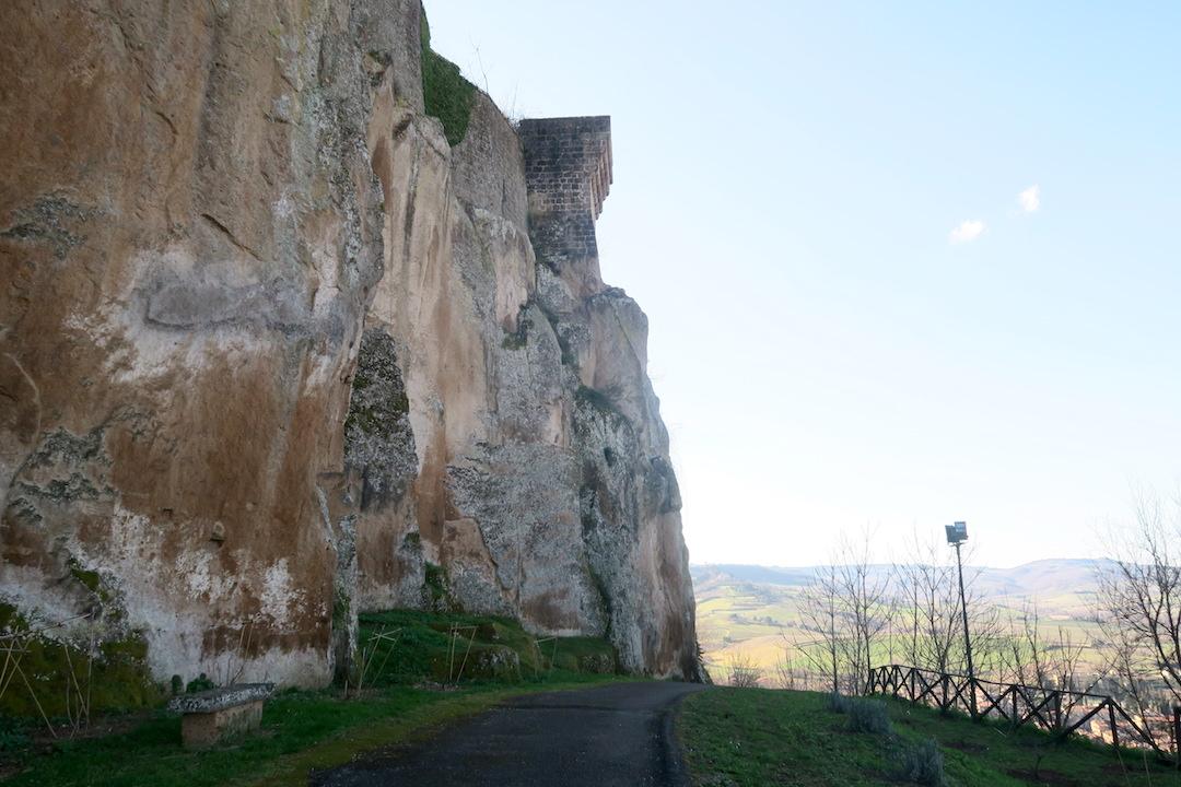 断崖に木の影踊るオルヴィエート_f0234936_843573.jpg