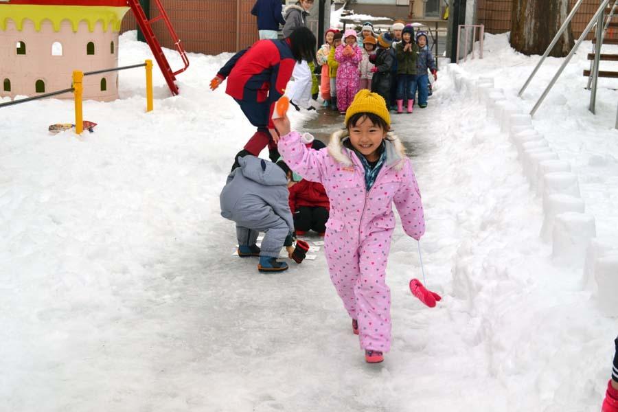 今日は、楽しみにしていた「園児雪まつり」です。_d0353789_12080371.jpg