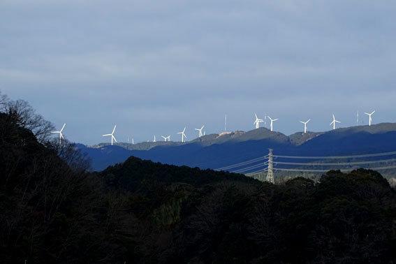 榊原温泉に風車が光る_b0145296_12351662.jpg
