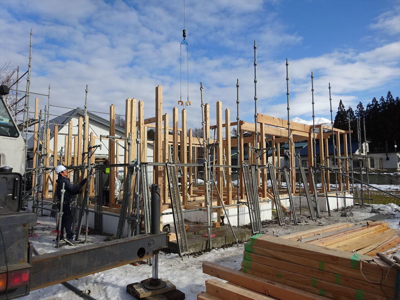 田沢湖の家 現地での建て方作業開始です!_f0105112_04421168.jpg
