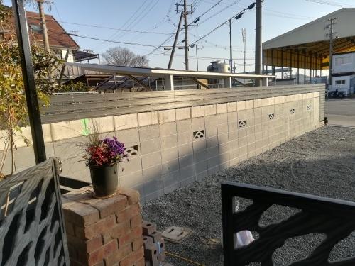 塀の工事が進みました_a0111166_19450765.jpg